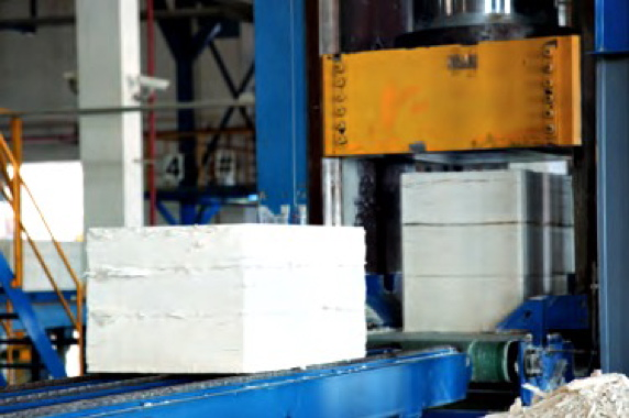 Combining different types of pulp in a multilayer configuration gives paper manufacturers the ability to meet the strength and smoothness requirements while reducing fiber inputs and costs.