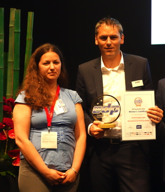 An EDP Award 2016 goes to the new Zünd D3 dual-beam cutting system – Oliver Zünd, CEO Zünd Systemtechnik AG, and Regina Vladimirska, Print Plus Magazine, Ukraine.