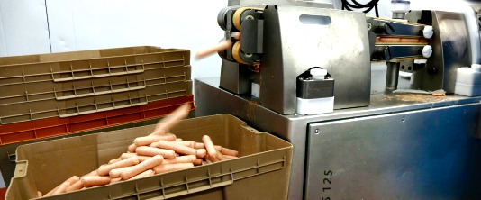 A Handtmann PVLS 125 cutting machine uses a double-belting system to create gaps between individual sausage portions that are cut at speeds of up to 1,500 pieces per hour.